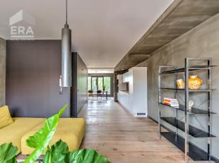 Bent u op zoek naar een uniek duplex appartement in het hartje van Wijnegem? Dan hoeft u niet langer te zoeken!Deze duplex op de tweede verdieping is