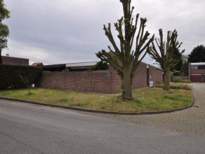 Rustig gelegen halfopen eengezinswoning (hoekwoning) te Wijgmaal, Wijveld 13. Deze Laat-modernistische laagbouw werd ontworpen door architect Simon De