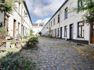 Dans une charmante impasse, sympathique petite maison 1 à 2 chambres sur 70m² avec cour/terrasse de 18m², à remettre au go&uci