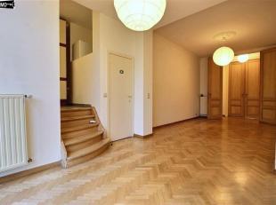 Bel appartement rénové de 70 M2 au 1er étage d'une petite copropriété. Libre immédiatement. Hall 4 m² -
