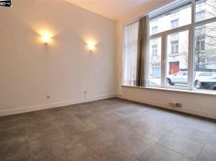 A proximité  du square Ambriorix, beau duplex 2 chambres de +/-85m² - REZ :  Salon/Sàm de +/- 20m² - Cuisine équip&eacu