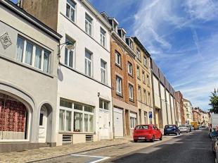 Entre la chaussée de Louvain et la place des Chasseurs Ardennais, cette spacieuse maison d'environ  360m² fera le bonheur d'une grande fam