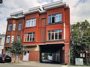 Au 1er étage d'une petite copropriété de 7 unités (sans ascenseur), appartement 2 chambres d'environ 100m² à r