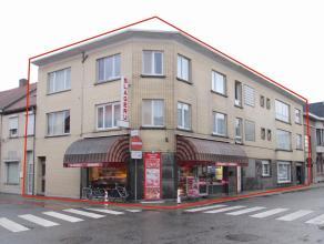 Zeer goed gelegen opbrengsteigendom met handelsgelijkvloers en 4 ruime appartementen.<br /> De goede ligging (vlakbij openbaar vervoer en scholen), de
