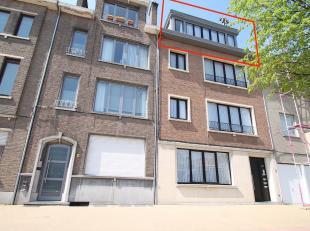 Goed gelegen, ruim appartement met 2 slaapkamers in het centrum van Sint-Niklaas. De uitstekende ligging (nabij openbaar vervoer, scholen, winkelcentr
