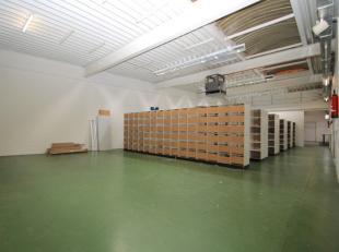 Zeer ruim magazijn met grondoppervlakte van 420m² in Sint-Niklaas.De goede ligging, de grote oppervlakte en de burelen zijn enkele van de sterke