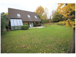 Gezellige villa gelegen in de Leeuwerikenlaan in het welgekende Bouchout te Wemmel. De woning beschikt over een inkomhal met individuele WC, ruime liv