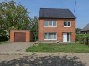 Rustig gelegen woning met 3 slaapkamers, gelegen te Herselt maar op een boogscheut van Westerlo.De indeling is als volgt:Inkomhal met toegang tot de w