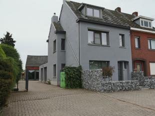 Ruime gerenoveerde woning met 3 slaapkamers op perceel van 12are.Achteraan aangename, volledig omheinde tuin!De indeling is als volgt:De inkomhal met