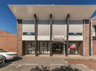 Winkel en/of kantoorpand of projectgrond in het centrum van Sas van Gent. Handelsoppervlakte ongeveer 600 m². Pand kan worden ingedeeld volgens e
