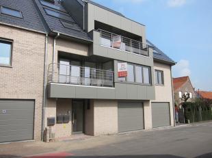Nieuwbouwappartement op gelijkvloer met inpandige garage. Private deel: Inkomhal, living met open keuken, 2 slpk, badkamer, toilet, berging, inpandige