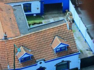 Deze deels gerenoveerde woning met binnentuin en garage biedt veel mogelijkheden. Ind: Inkomhal, ingerichte keuken, living, bureel, leesruimte, bergin