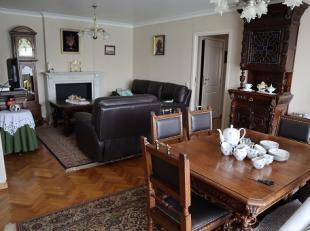 Zeer mooi, zongericht en perfect onderhouden appartement met 3 ruime slaapkamers, groot (lang + smal) terras en privé-kelder. Volledig uitgerus