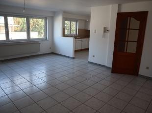 Deze 2 perfect onderhouden appartementen op gelijkvloers en 1ste verdiep liggen tegen het centrum, maar toch rustig gelegen, in een blokje van slechts