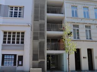 Perfect opgeleverd appartementje, gelegen aan het station en nabij de winkelstraat. Het appartement heeft 2 terrassen (vooraan en achteraan). Het besc