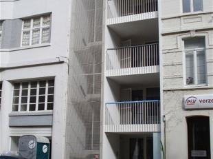 Recent appartementje, gelegen aan het station en nabij de winkelstraat, met achteraan een kiezeltuintje. Het appartement beschikt over een open, inger
