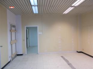 Centraal gelegen handelsgelijkvloers (65 à 70 m²) + sanitair, euro 850,00/m