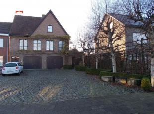 VILLA-halfopen bebouwing - rustige residentiële ligging : hall, living, inger. keuken, inger. badk, 4 slpks, 2 terrassen, tuin en garage, EPC: 38