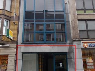 Centraal gelegen handelsgelijkvloers (+/- 80m²) bestaande uit winkelruimte, grote etalage (ca 10m), kitchenette, sanitair blok, elektrische rollu