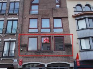 Centraal gelegen appartement met inkom, living (met zicht op de Grote Markt), open ingerichte keuken, 1 slaapkamer, toilet, ingerichte badkamer met do