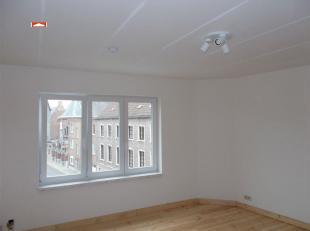Gerenoveerd appartement (2de verdiep) op wandelafstand van het centrum : living met open inger. keuken, inger. badk (douche), 2 ruime slpks, overal cv