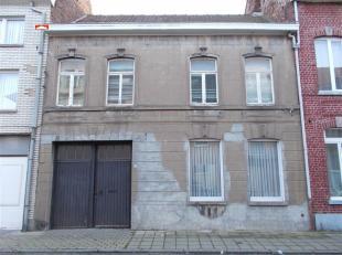 Centraal gelegen woning met ruime living, keuken, kelder, 3 slaapkamers, ingerichte badkamer, zolder met vaste trap, zolderkamer, grote garage (+/- 36