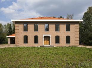 Indrukwekkende villa met een bewoonbare oppervlakte van ca 600 m², met de oprijrit gelegen aan de Horstebaan. Een gegeerde plek in Schoten, vlakb