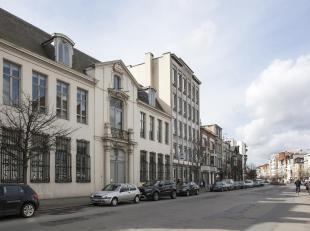 Kantoorruimte op de tweede verdieping van ca 206 m². Het historisch pand in classicerende barokstijl springt meteen in het oog op de Paardenmarkt