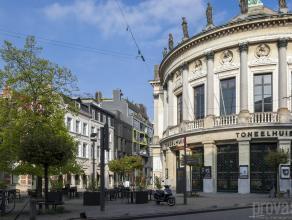 Uitzonderlijk ruim appartement van ca 183 m² op de vierde verdieping in hartje Antwerpen, in de Schuttershofstraat. Deze exclusieve locatie midde