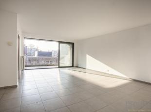 Modern en zeer ruim appartement met een bewoonbare oppervlakte van ca 120 m2. Gelegen op de vierde verdieping van een recente realisatie uit 2006. Op