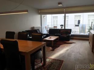 Licht en aangenaam appartement van ca 100 m² met twee slaapkamers en een bureau in het hartje van Antwerpen. Het appartement is gelegen in de Min