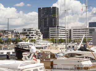Trendy appartement met panoramisch zicht over Antwerpen. Gelegen op het Eilandje, bevindt dit appartement van ca 90 m² zich op dezeventiende verd