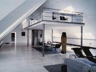 Uitzonderlijke loft van maar liefst ca 400 m² in het hartje van Antwerpen. De loft is gelegen op de drukbelopen Vlaamsekaai, pal op het Zuid. Het