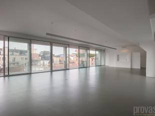 Unieke en pas gerenoveerde kantoorloft van maar liefst ca 330 m² op het gezellige Eilandje. Het kantoor bevindt zich op de vierde verdieping in e