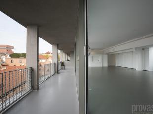 Unieke en pas gerenoveerde loft van maar liefst ca 330 m² op het gezellige Eilandje. Het appartement bevindt zich op de vierde verdieping in een