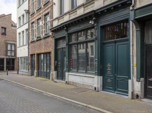 Casco commercieel handelsgelijkvloers van ca 60 m² in de Zirkstraat, middenin het historische hart van de Antwerpse binnenstad, om de hoek van de