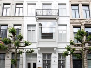 In één van de topstraten van het Antwerpse Zuid bevindt zich deze uitzonderlijke herenwoning van ca 325 m². Volledig gerenoveerd &e