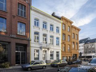 Deze instapklare, riante herenwoning van ca 465 m² bevindt zich op een werkelijke droomlocatie tussen het Zuid en het centrum van Antwerpen in de