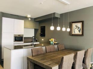 Dit gemeubeld tweeslaapkamerappartement van ca 85 m² is gelegen op de tweede verdieping in een kleinschalige residentie in de rustige Schali&euml