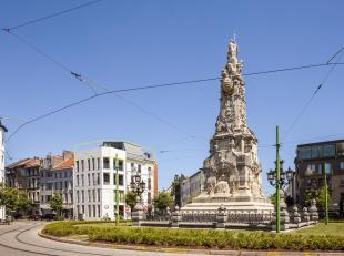 Riante penthouse van ca 110 m² aan de gedroomde Marnixplaats, pal op het Antwerpse Zuid. Een buurt vol trendy winkels,restaurants en bovendien ui