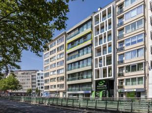 Het appartement van ca 265 m² is gelegen op de vijfde verdieping en geeft vooraan uit op de Frankrijklei en achteraan op de Oude Vaartplaats. Een