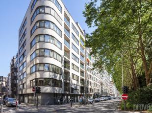 Ruim appartement van ca 175 m² met terras op de zevende verdieping van een perfect onderhouden residentie uit 2002. Enerzijds is het hier rustig