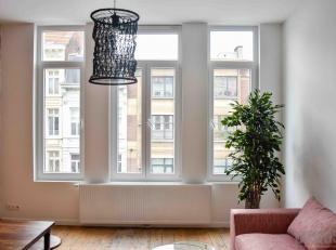 Volledig gerenoveerd éénslaapkamerappartement van ca 48 m² op de tweede verdieping in een kleinschalig gebouw. Dit appartement gele