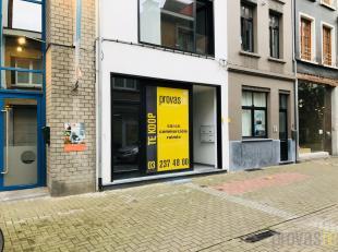 Dit commercieel gelijkvloers van ca 77 m² bevindt zich in een kleinschalige realisatie die onlangs volledig gerenoveerd werd. Gelegen inhet begin