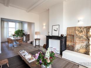 Het duplexappartement is gelegen in een charmante meesterwoning te Berchem. Deze locatie, vlakbij de gezellige Pulhofwijk is uiterst ideaal. De Ring e