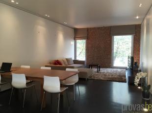 Modern appartement van ca 103 m² op de tweede verdieping van een statig gebouw op de Vlaamsekaai. Het gebouw inneo-Vlaamse renaissancestijl isvan