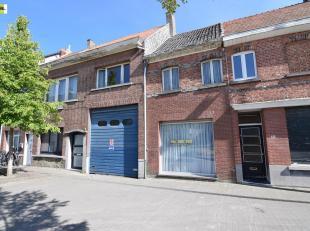 Wie op zoek is naar een groot magazijn met hoge poort (420m2) aan de rand van Sint-Niklaas met ideale verbindingsweg zit hier aan het juiste adres. Na