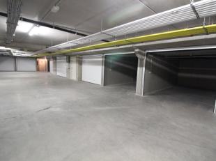 Ruime garagebox in afgesloten garagecomplex. Gelegen in Residentie Louise I langs Fort Lapin. Afgesloten met automatische sectionale poort voorzien va
