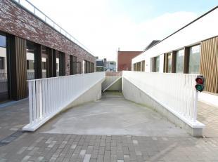 Ruime garagebox in afgesloten garagecomplex. Gelegen in Residentie Steenbrugse Promenade langs de Baron Ruzettelaan. Afgesloten met automatische secti