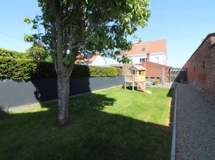 Ideale ruime starterswoning, dit met een fantastische ligging in het centrum van Rollegem-Kapelle. De indeling is als volgt, gelijkvloers: Inkomhal me